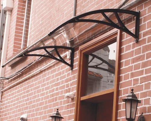 Jumtiņi virs durvīm – praktisks un reizē skaists ēkas paplašinājums.